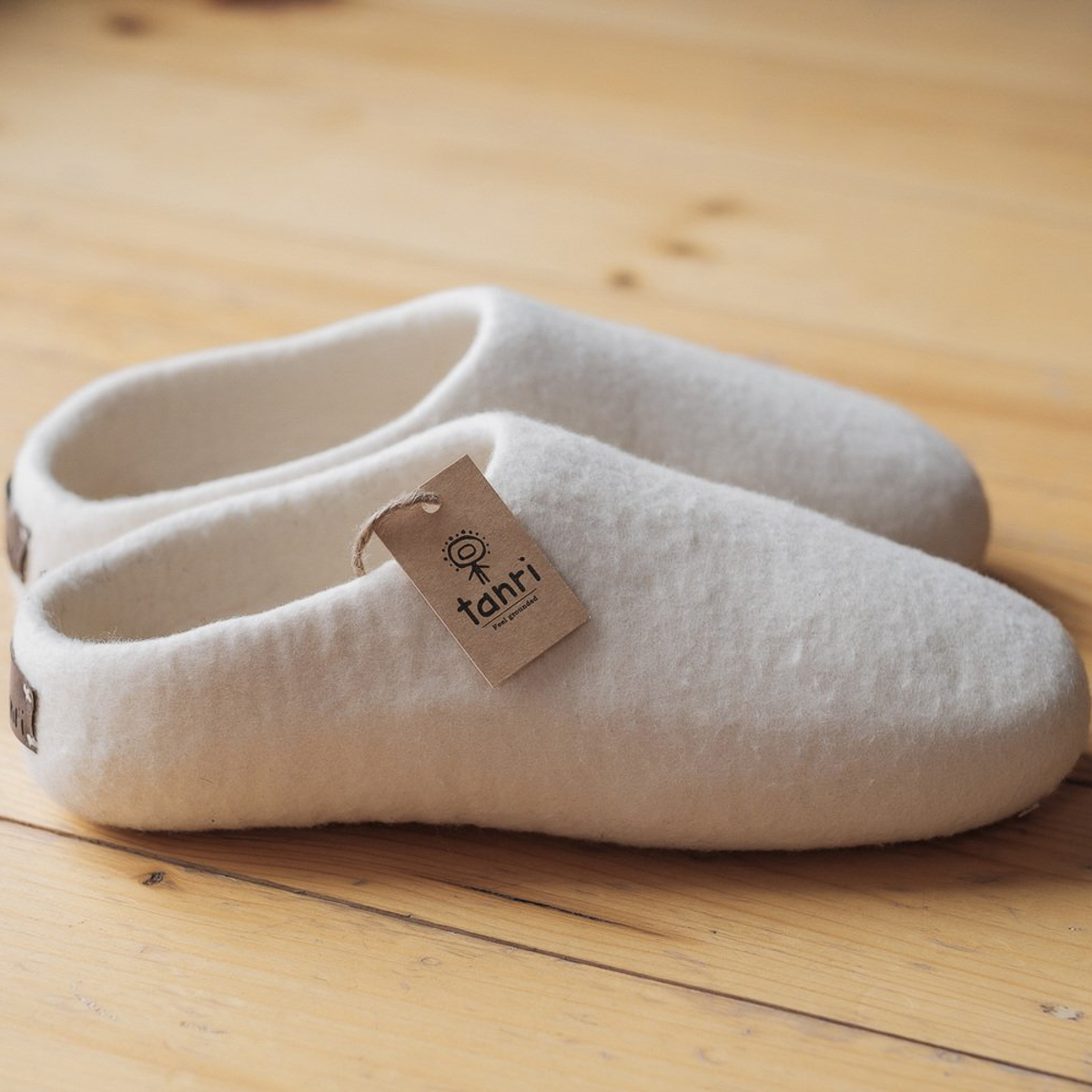 Tanri slippers with hang tag